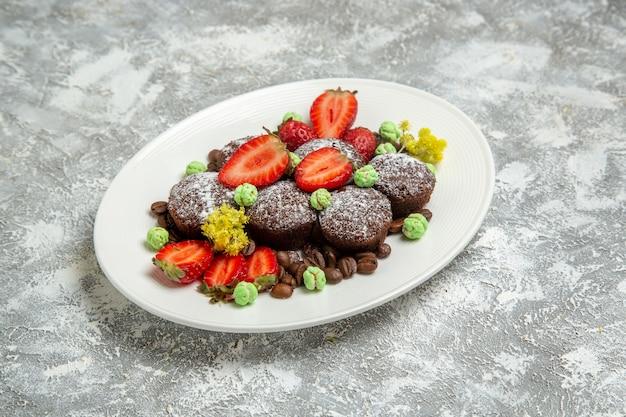 Vorderansicht leckere schokoladenkuchen mit frischen erdbeeren und schokoladenstückchen auf weißer oberfläche keks schokolade süße kuchen backen kekse