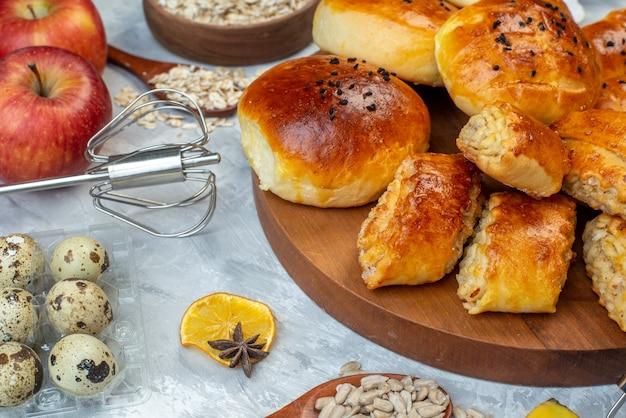 Vorderansicht leckere süße brötchen mit gebäck müsli und eier auf weißem hintergrund teigkuchen obst kochen kuchen milchfarbe backen