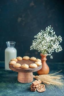 Vorderansicht leckere süße kekse auf blauer oberfläche
