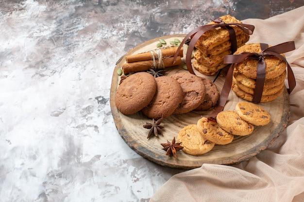 Vorderansicht leckere süße kekse auf heller hintergrundfarbe kakaozuckerteekuchenkuchenplätzchen süß