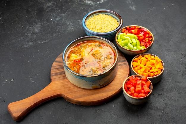 Vorderansicht leckere suppe mit geschnittenem pfeffer auf grauzone