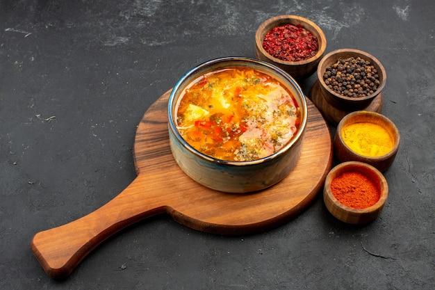 Vorderansicht leckere suppe mit gewürzen auf grauzone