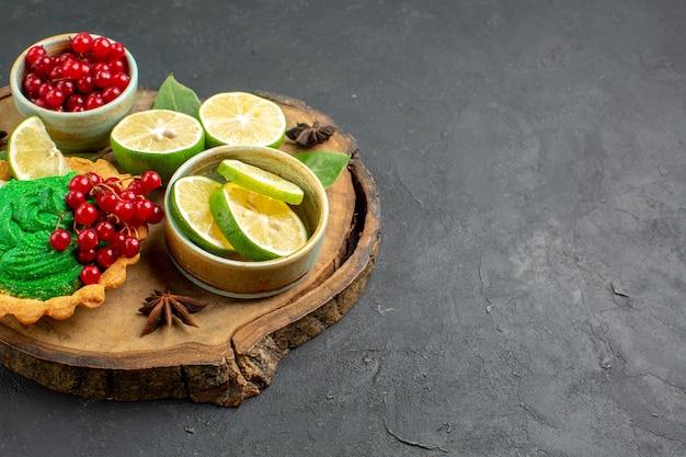 Vorderansicht leckeren cremigen kuchen mit früchten