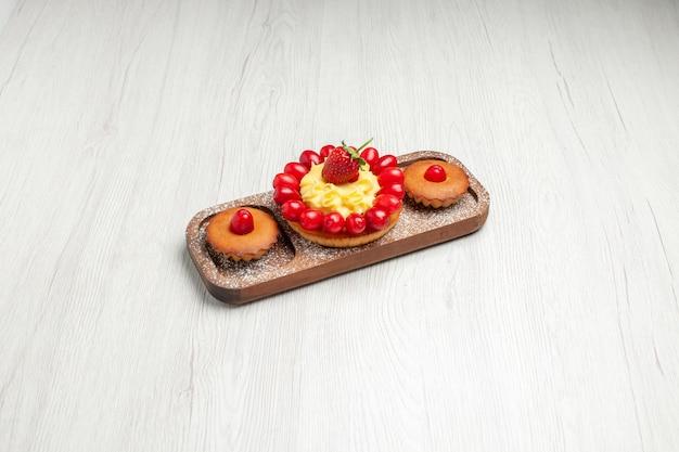 Vorderansicht leckerer cremiger kuchen mit kuchen auf weißem schreibtischkekskuchen-kekstee