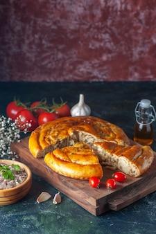 Vorderansicht leckerer fleischkuchen mit grüns und tomaten auf dunklem hintergrund kekskuchen essen backen teigfarbe kuchen ofenmahlzeit