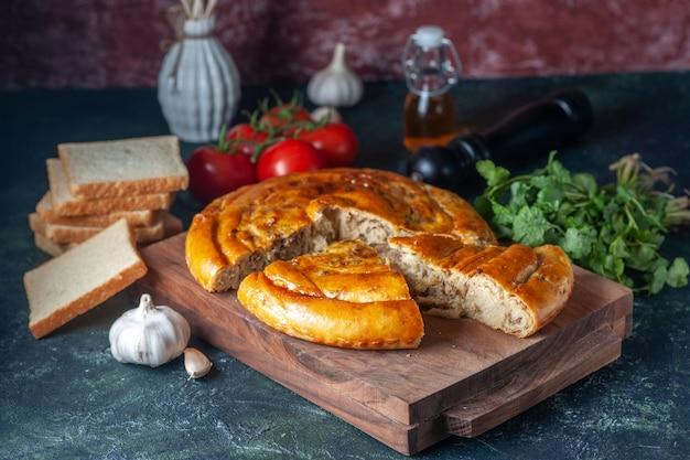 Vorderansicht leckerer fleischkuchen mit grüns und tomaten auf dunklem hintergrund kekskuchen essen kuchen gebäck ofen backen teigfarbe