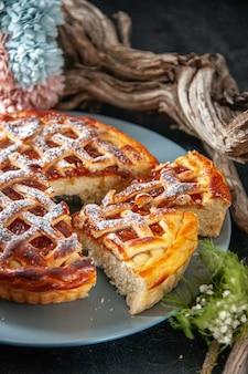 Vorderansicht leckerer fruchtiger kuchen mit gelee auf dunklem hintergrund kekskuchen ofen dessert süßen teig backen zuckerkuchen