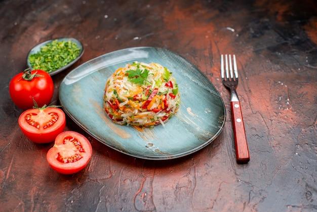 Vorderansicht leckerer gemüsesalat rund geformte innenplatte auf dunkler hintergrundfarbe reifes essen gesundes leben diät salatmahlzeit