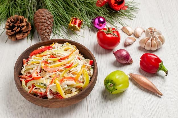 Vorderansicht leckerer hühnersalat mit mayyonaise und gemüse auf weißem schreibtischfleisch frischer mahlzeit-snacksalat