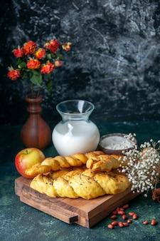Vorderansicht leckeres gebäck mit mehl und milch auf dunkler wand brot essen mahlzeit frühstück morgen milch vogel farbe