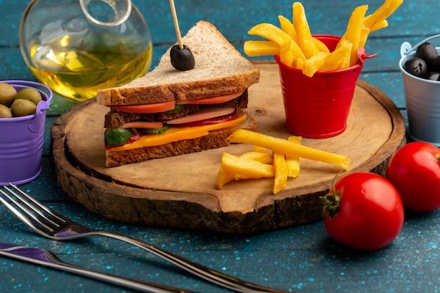 Vorderansicht leckeres toastsandwich mit käseschinken innen mit oliven pommes frites öl tomaten auf blau