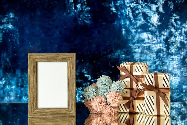 Vorderansicht leerer bilderrahmen valentinstag präsentiert blumen auf dunkelblauem abstraktem hintergrund