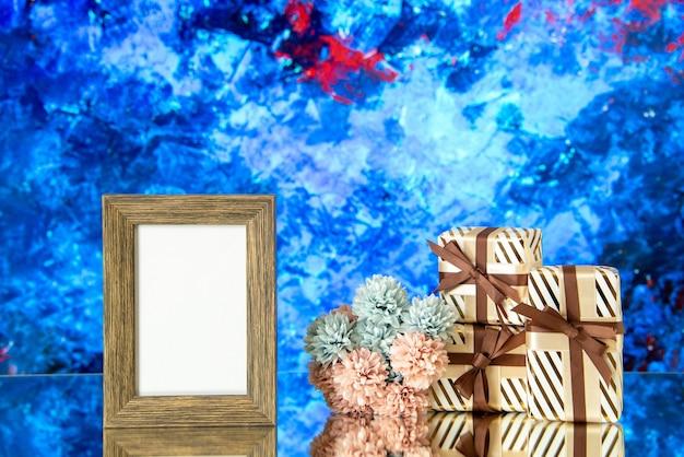 Vorderansicht leerer fotorahmen valentinstag präsentiert blumen auf blauem abstraktem hintergrund