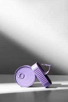 Vorderansicht lila blechdosen mit kopierraum