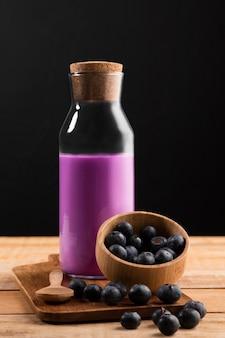 Vorderansicht lila smoothie mit blaubeeren