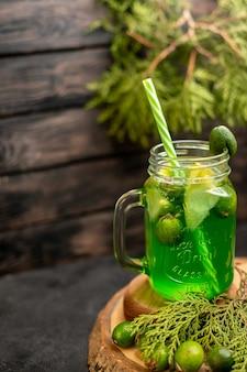 Vorderansicht limonade mit feijoa und zitrone auf holzbrett feijoas auf der oberfläche