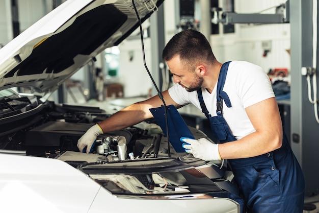 Vorderansicht männlich mechanische bearbeitung