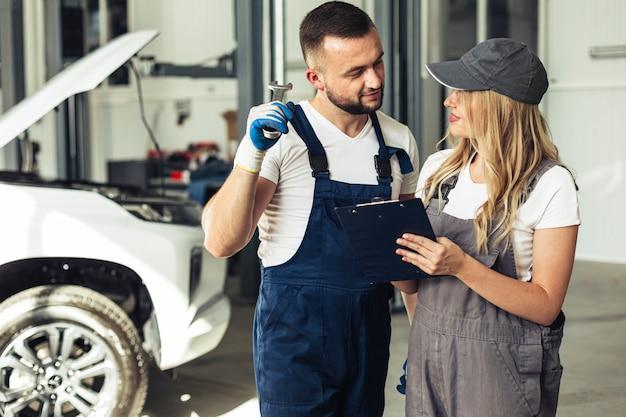 Vorderansicht männliche und weibliche mechaniker