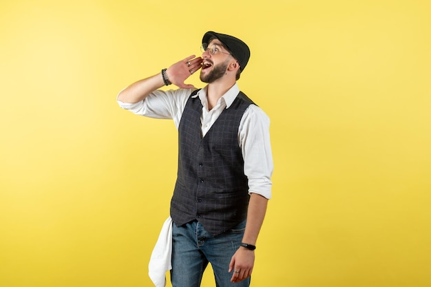 Vorderansicht männlicher barkeeper, der jemanden an der gelben wand anruft, trinken arbeitsclub männlichen nachtjob