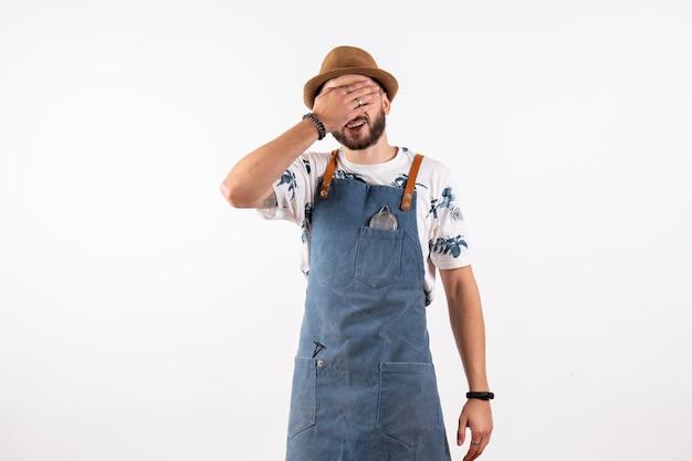 Vorderansicht männlicher barkeeper, der sein gesicht auf weißer wand alkohol bar club night drink job model bedeckt