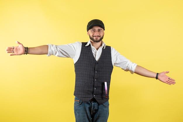 Vorderansicht männlicher barkeeper lächelnd auf gelbem boden trinken job club alkohol männliche bar nacht
