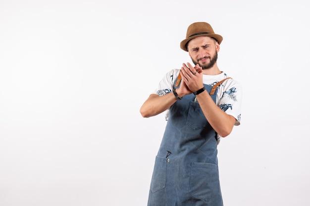 Vorderansicht männlicher barkeeper posiert und klatscht auf weißer wand bar club nacht alkoholgetränk job