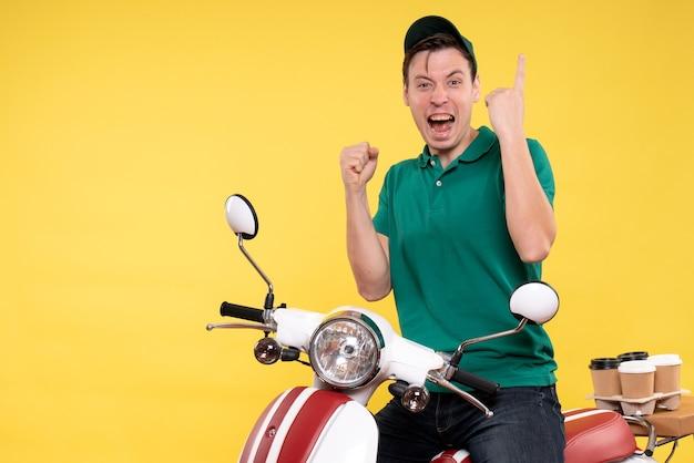 Vorderansicht männlicher kurier auf fahrrad gelb