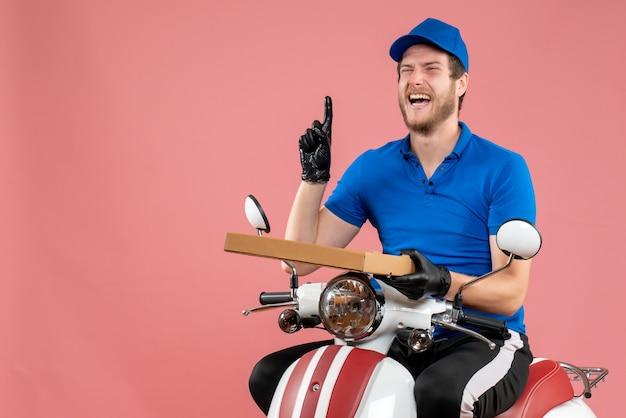 Vorderansicht männlicher kurier, der auf dem fahrrad sitzt und pizzakarton auf dem rosa hält
