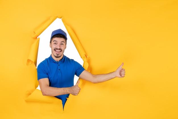 Vorderansicht männlicher kurier in blauer uniform auf gelbem raum
