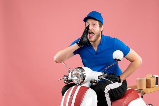 Vorderansicht männlicher kurier in blauer uniform, der einen rosafarbenen essensfahrradlieferjob auffordert, farbarbeitsservice fast-food