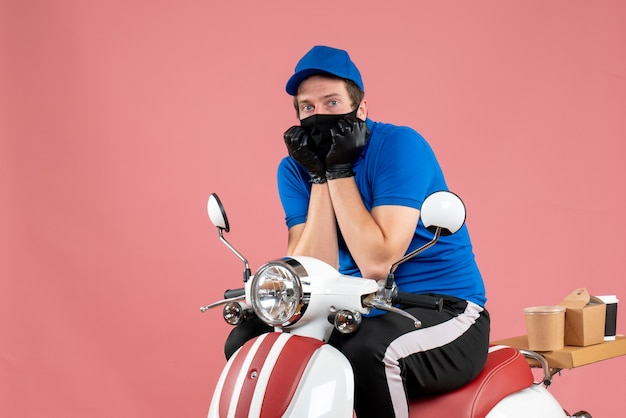Vorderansicht männlicher kurier in blauer uniform und maske angst vor rosa essen job fast-food-service lieferung fahrrad virus arbeit covid-