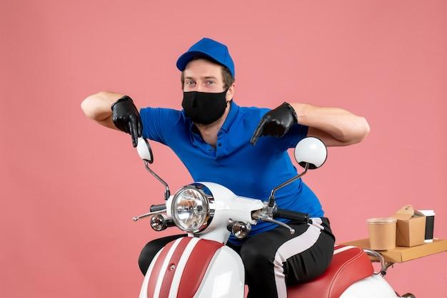 Vorderansicht männlicher kurier in blauer uniform und maske auf einem rosafarbenen service-virenfahrrad-fast-food-covid-work-lieferjob