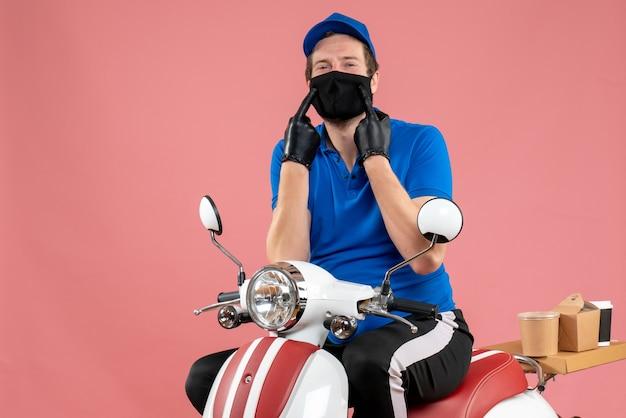 Vorderansicht männlicher kurier in blauer uniform und maske auf rosafarbenem fast-food-covid-work-job-virusfahrrad