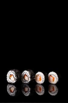 Vorderansicht maki sushi mit exemplarplatz