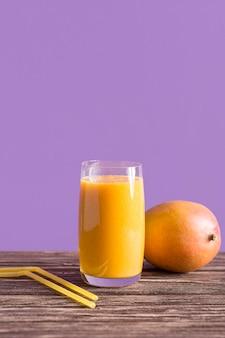 Vorderansicht mango smoothie glas