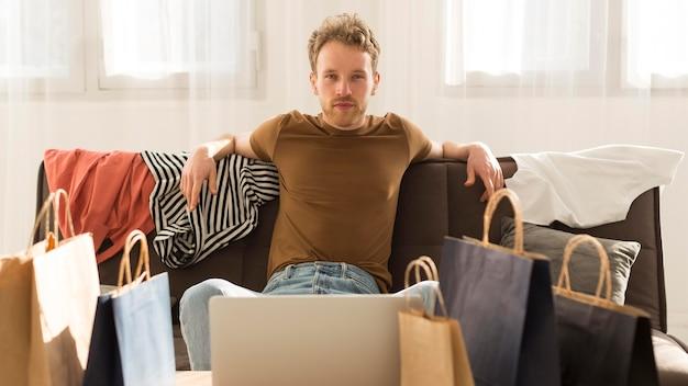 Vorderansicht mann auf der couch