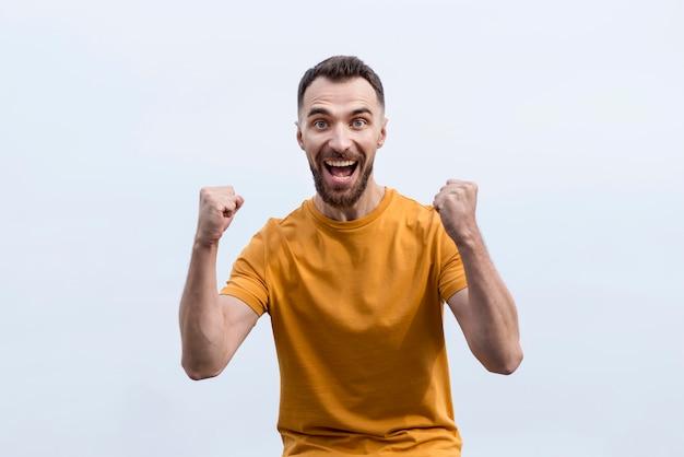 Vorderansicht mann, der extrem glücklich ist
