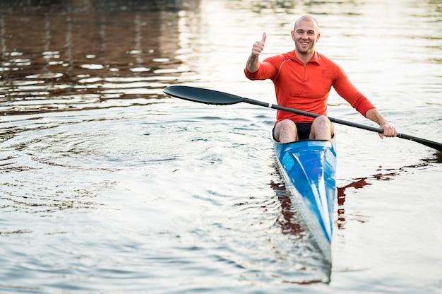 Vorderansicht mann im kanu zeigt zustimmung