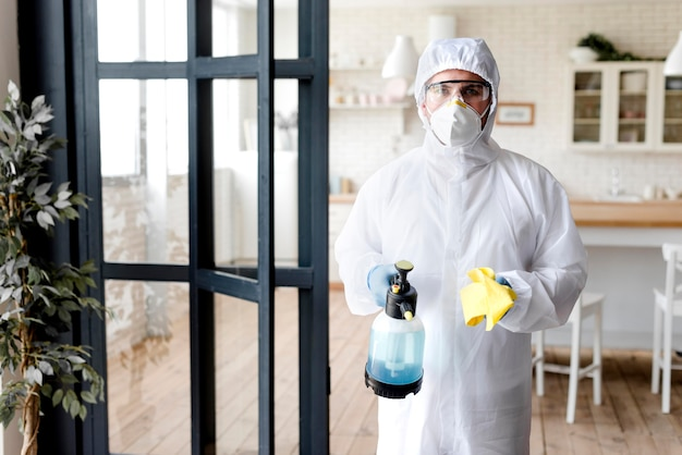 Vorderansicht mann mit desinfektionsflasche