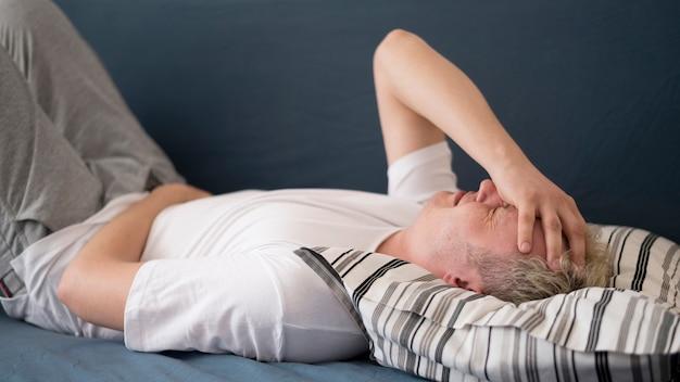 Vorderansicht mann mit kopfschmerzen