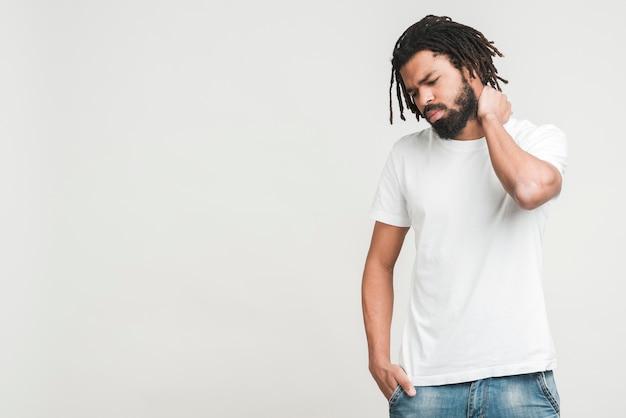 Vorderansicht mann mit nackenschmerzen