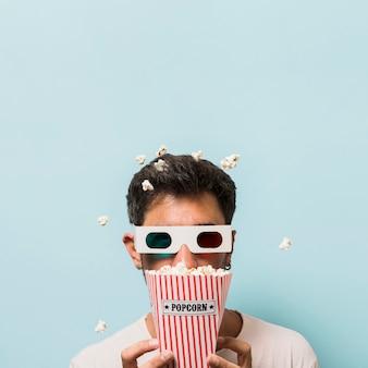 Vorderansicht mann mit popcorn