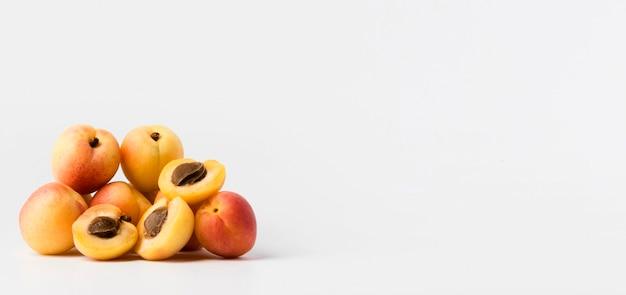 Vorderansicht mehrerer pfirsiche mit kopierraum