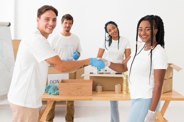 Vorderansicht menschen, die für einen besonderen zweck zusammenarbeiten