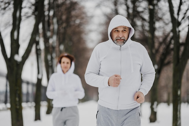 Vorderansicht menschen, die zusammen laufen