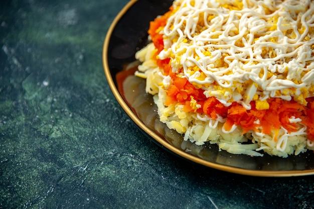 Vorderansicht mimosensalat mit eiern kartoffel und huhn innerhalb platte auf dunkelblauer oberfläche geburtstag essen mahlzeit foto küche küche farbe