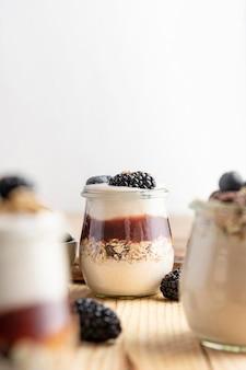 Vorderansicht mischung aus joghurt mit brombeeren, marmelade und hafer