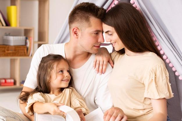 Vorderansicht niedliche familie, die einen besonderen moment zusammen hat