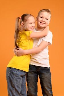 Vorderansicht niedliche kleine kinder, die sich gegenseitig halten
