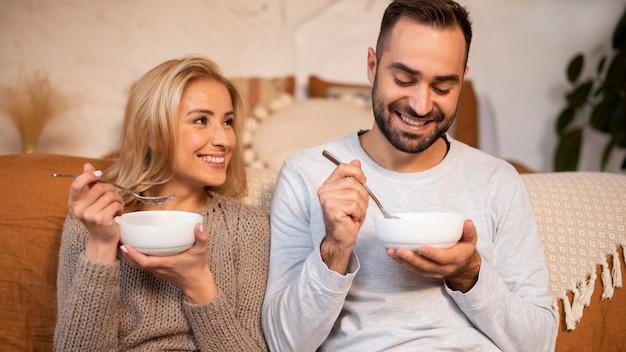 Vorderansicht partner essen zusammen